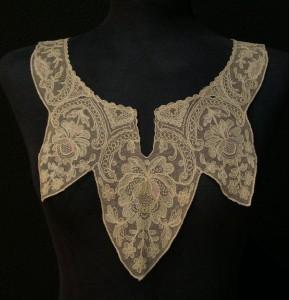 Cuello de encaje antiguo de Rumanía 50 x 26 cm #A0701